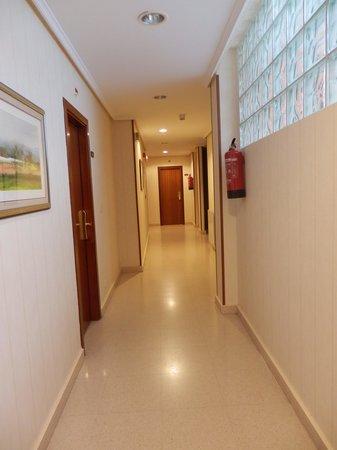 Hotel Sirimiri: pasillo habitaciones