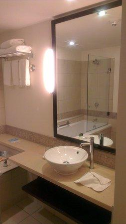 Radisson Blu Resort Fiji Denarau Island: Bathroom clean modern and working