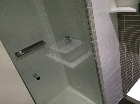 City Edge on Elizabeth Apartment Hotel: The bathroom. Room519