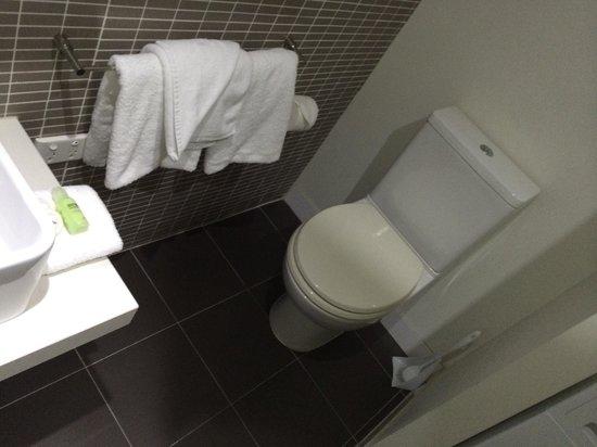 City Edge on Elizabeth Apartment Hotel: Room 519, toilet