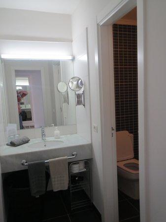 Sunprime Coral Suites : Toilet 1 med håndvask.