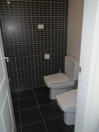 Sunprime Coral Suites : Toilet 2 med bad.
