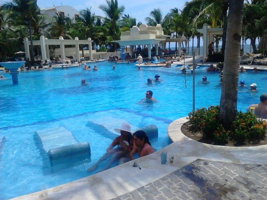 Hotel Riu Vallarta: Adults Only Swinmming pool with swim up bar and Beds