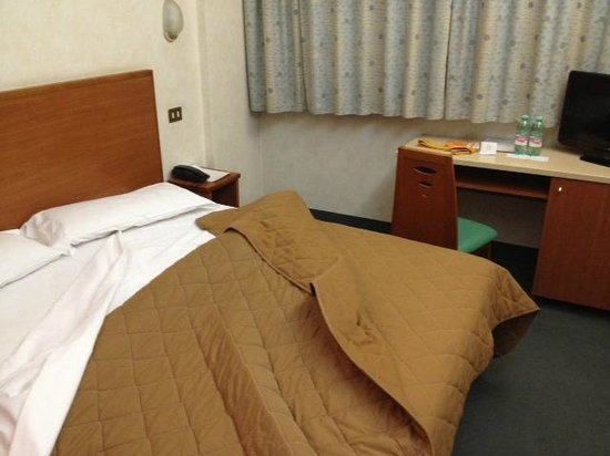 Princess Hotel : un bel letto con polverosa coperta a tende