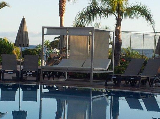 H10 Costa Adeje Palace: cama balinesa de uso libre junto a la piscina