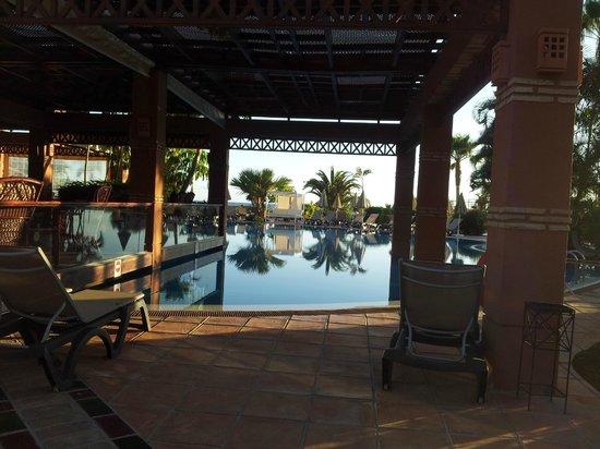 H10 Costa Adeje Palace: piscina junto al bar chill out