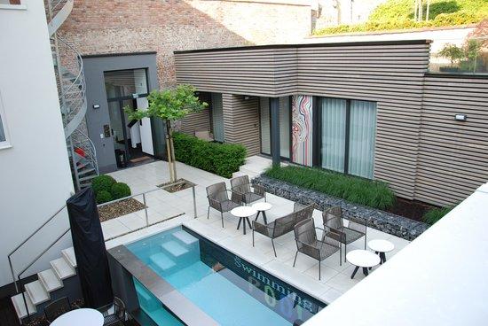 Gezellige achtertuin met leuk terras en 39 design 39 zwembad for Zwembad achtertuin