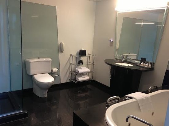 The Como Melbourne - MGallery by Sofitel: Good-sized bathroom for the suite