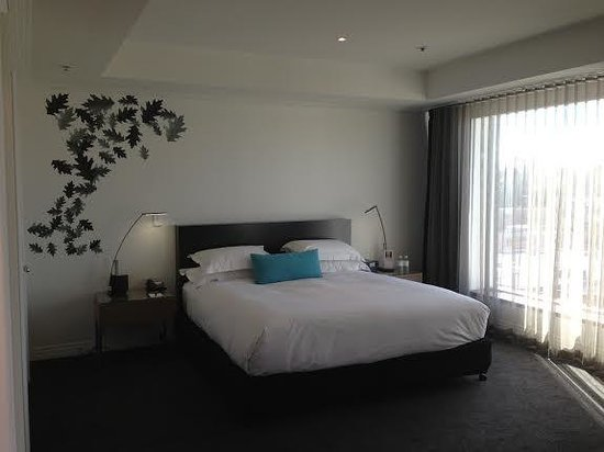 The Como Melbourne - MGallery by Sofitel: Nice king bed; trendy wall stickers