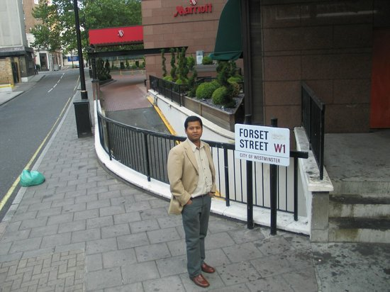 London Marriott Hotel Marble Arch: Один из посетителей на фоне отеля.