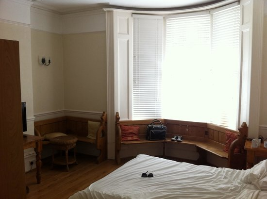 Court Craven Guest House: Nice fresh clean Linen, Plenty of seating!