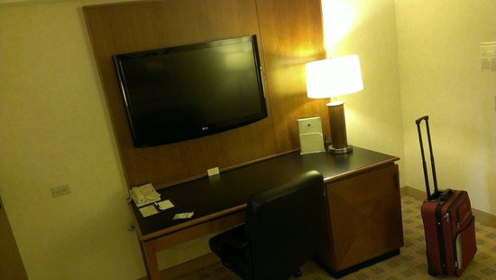 Doubletree Suites by Hilton Hotel & Conference Center Chicago / Downers Grove : Main tv/office area
