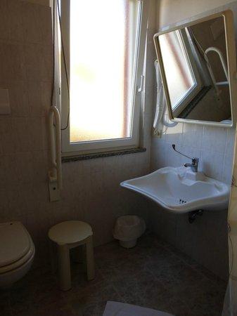 Hotel Rosa dei Venti : curiosité : le lavabo et le miroir
