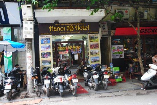 Hanoi 3B Hotel: Hanoi 3B from the street