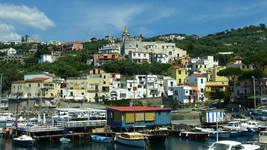 Hotel Piccolo Paradiso: Aufnahme vom Hafen (Hotel links neben Kirche)