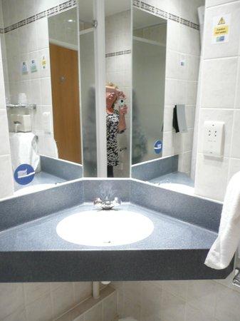 Holiday Inn Express Canterbury: En suite shower room
