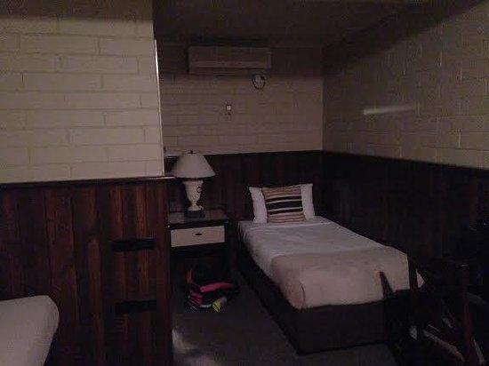 Comfort Inn On Raglan : Twin bed #2 (of 2)