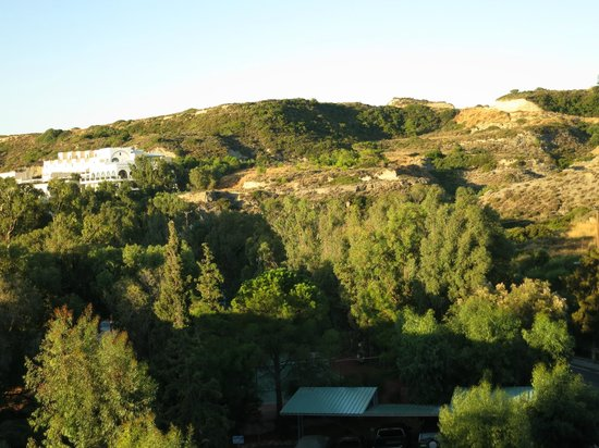 Blue Sea Beach Resort : Вид на холм из окна
