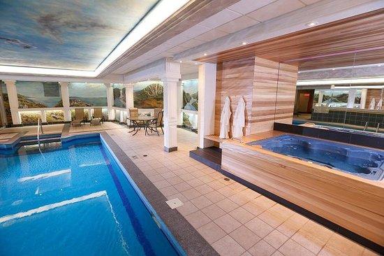BEST WESTERN PLUS City Centre/Centre-Ville : Pool and Hot Tub