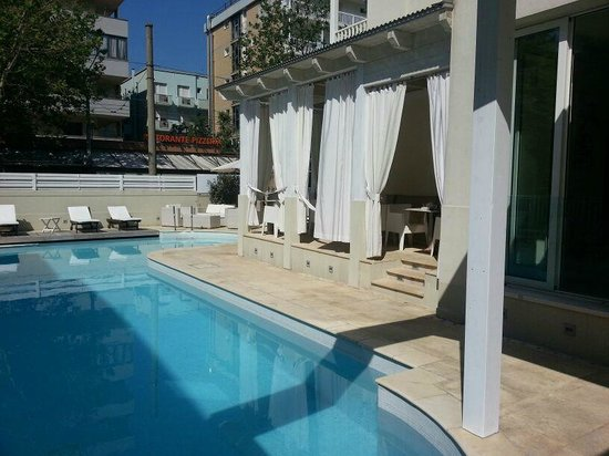 Le Rose Suite Hotel: piscina