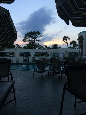Boca Raton Plaza Hotel and Suites: the site sitting by the pool and tiki bar