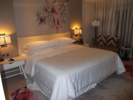 Sheraton Bandung Hotel & Towers: Nice bed but pillows too thick