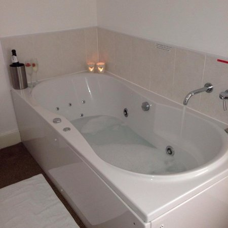 Kings Arms : Jacuzzi tub in the blorenge room