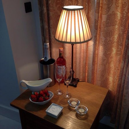 Kings Arms : Prosecco and strawberries :)