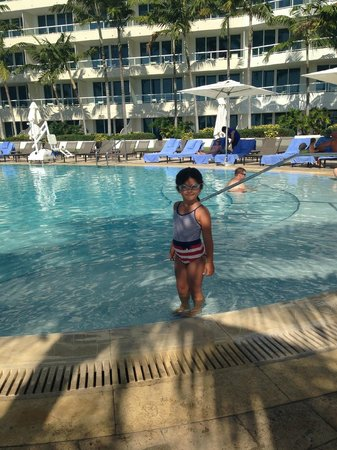 The Ritz-Carlton, Fort Lauderdale: Pool Side. Clean water!