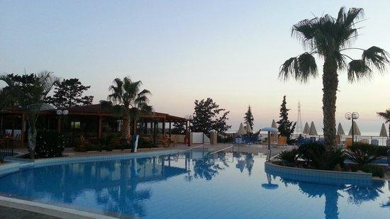 Asterias Village Resort: Рассвет над бассейном (вид от ресепшна)