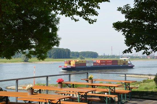 Haus Rheinblick Ott: Containerschiff