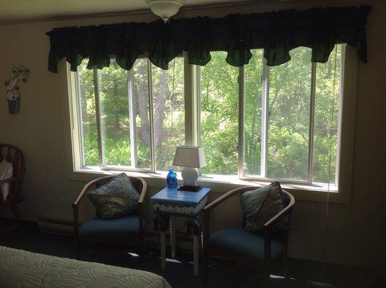 Schooner Bay Motor Inn: Large two queen room