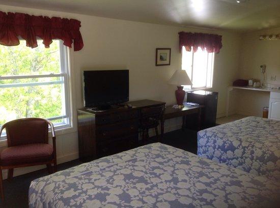 Schooner Bay Motor Inn: Large two double room