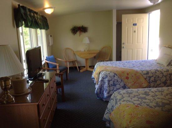 Schooner Bay Motor Inn: Large room