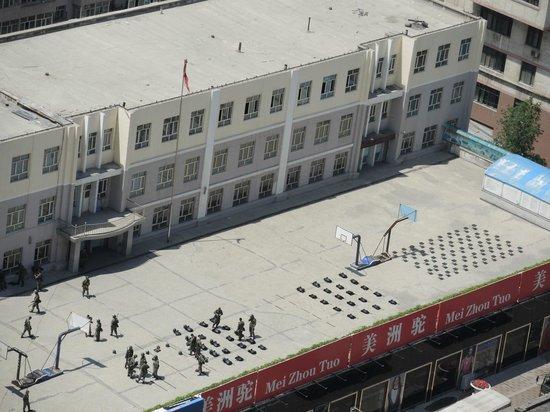 Orient Dynasty Hotel: Вид из окна на военную часть. На плацу лежат каски и бронежилеты для следующего развода.