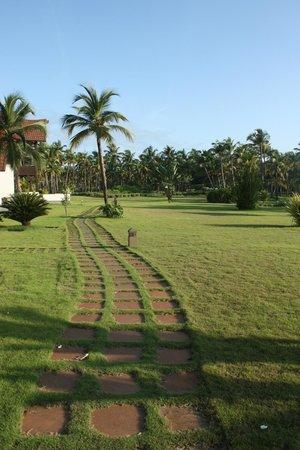The Lalit Resort & Spa Bekal : Path along river facing rooms