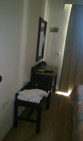 Elina Hotel Apartments : зеркало в спальне