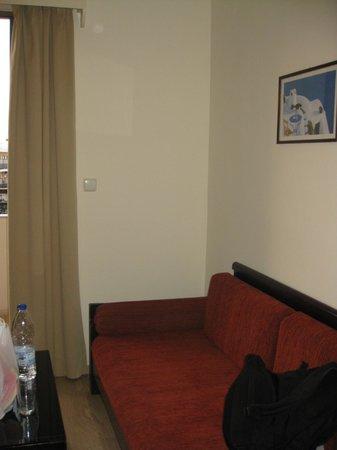 Elina Hotel Apartments : диван в гостинной