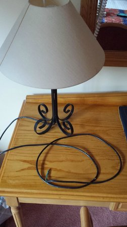 Four Seasons Hotel and Leisure Club: Lamp with no plug