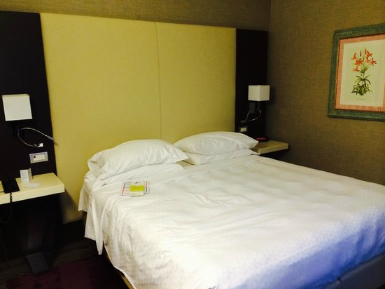 Four Points by Sheraton Milan Center: the bed in smart room