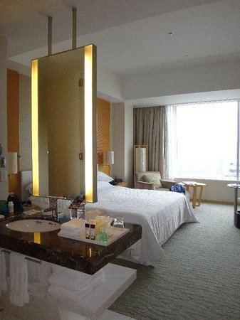 Sheraton Grand Hotel Hiroshima: Bathroom and Bedroom