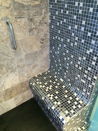Hard Rock Hotel Ibiza: Shower with a bench