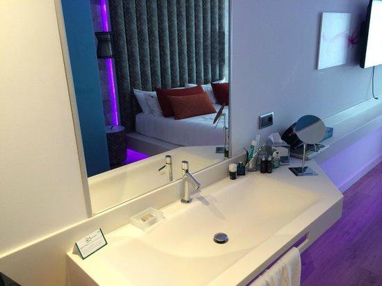 Hard Rock Hotel Ibiza: washbasin with mirror