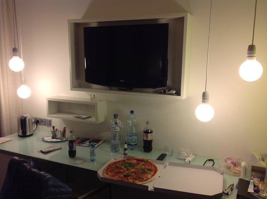 Pure White: Столик с телевизором напротив кровати