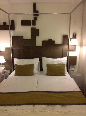 Pure White: Кровать с металлической рамой, на которой можно сушить полотенца.