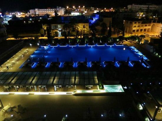Nestor Hotel: Вид из номера ночью