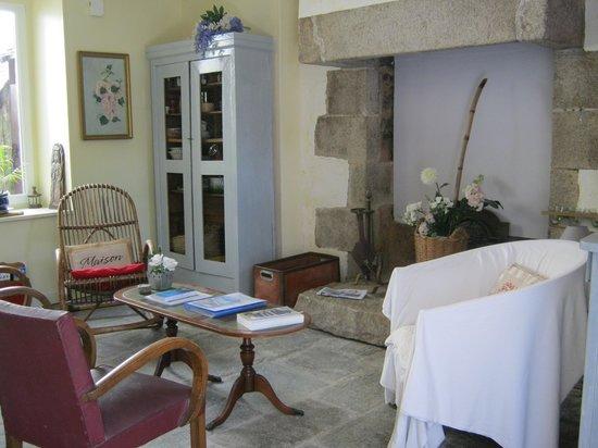 Chambres D'hotes Saint Yves : salon hôtes