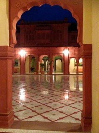Hotel Gaj Kesri: Inner Courtyard after a rain shower