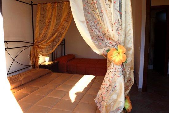 camera con letto a baldacchino - Foto di Agriturismo Sole Luna ...