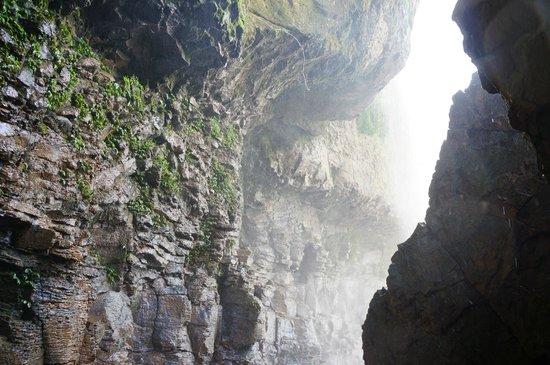 Elephant Falls : Under the falls
